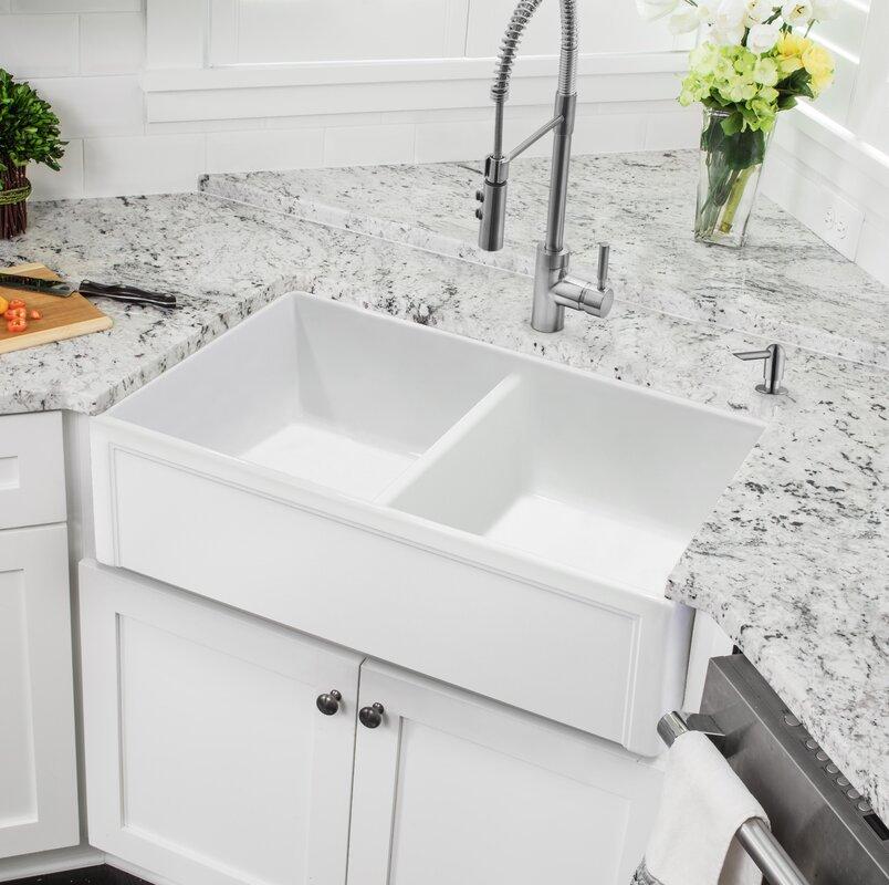 Wastafel sudut ruangan dengan bak di kanan dan kiri di dapur minimalis