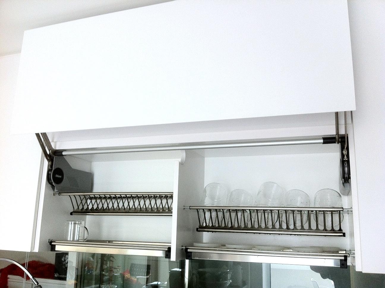 dekorasi rak kabinet dapur bahan stainless sebagai storage