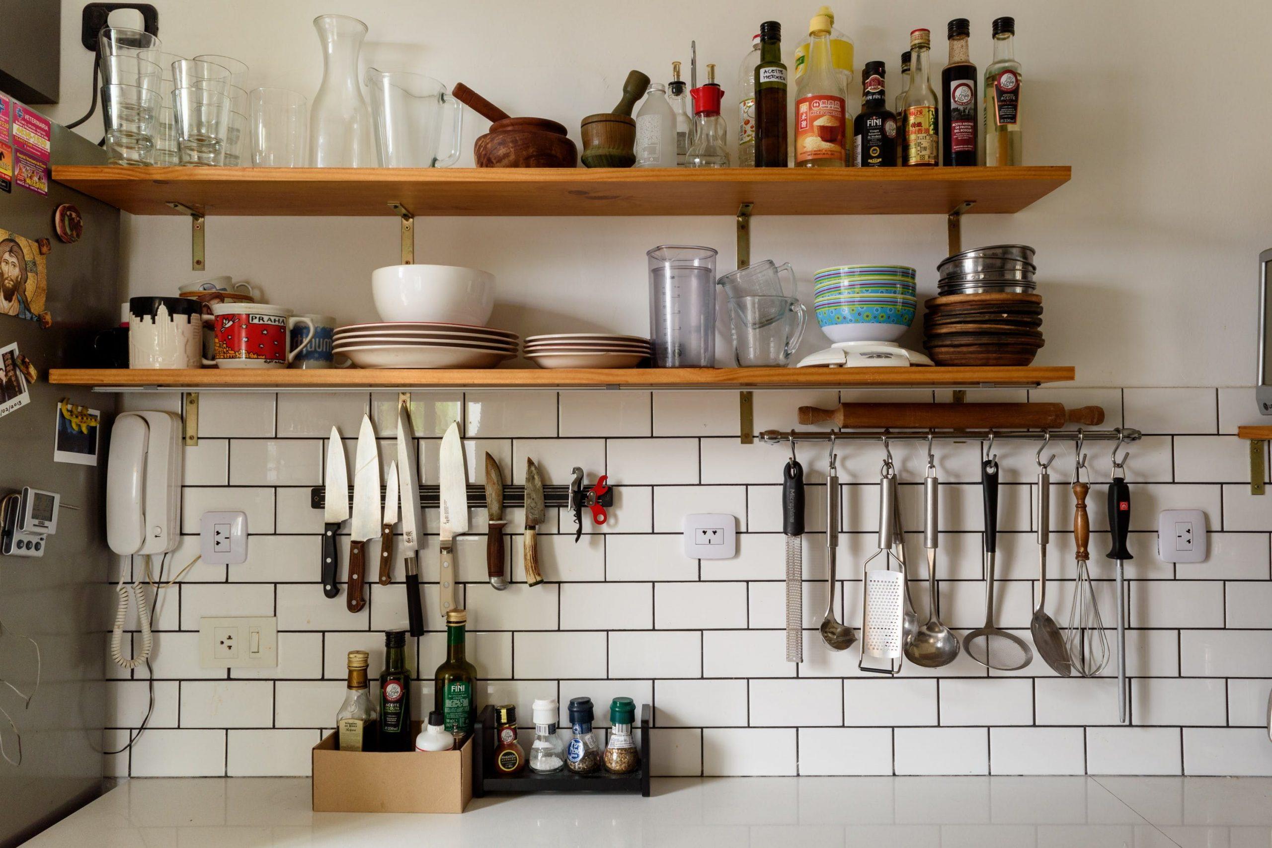 desain dapur kekinian dengan rak piring bergaya klasik scaled