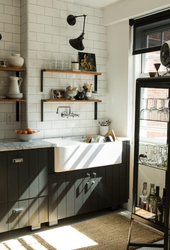 hitam putih kabinet dapur desain wastafel cuci piring vintage