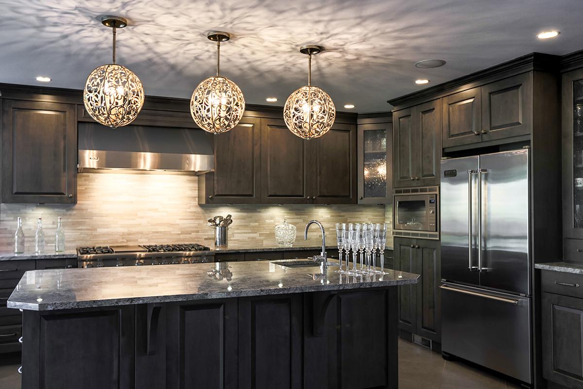 lampu bulat dengan pantulan cahaya unik desain dapur klasik