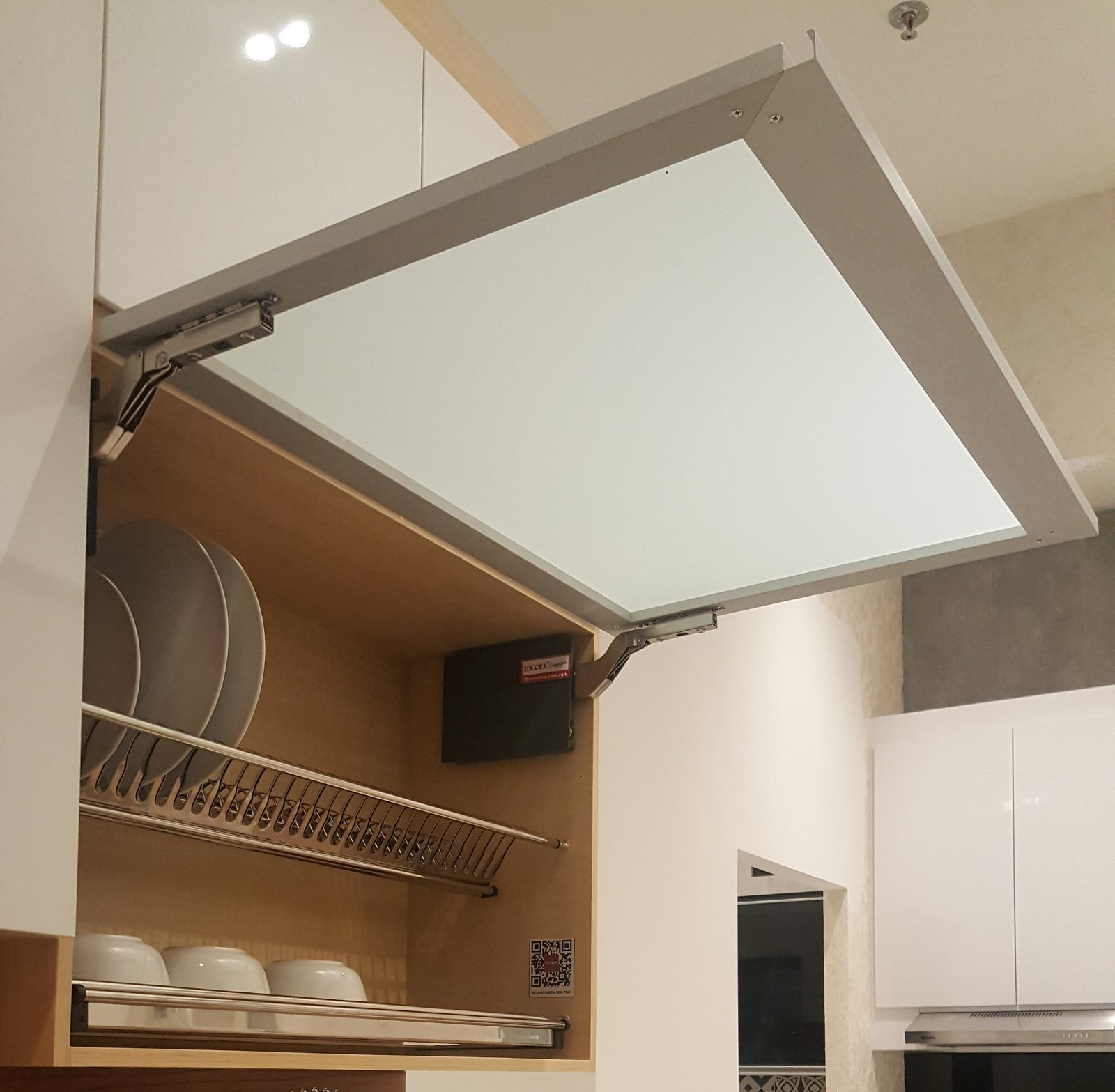 rak dengan bentuk lemari pada desain dapur minimalis
