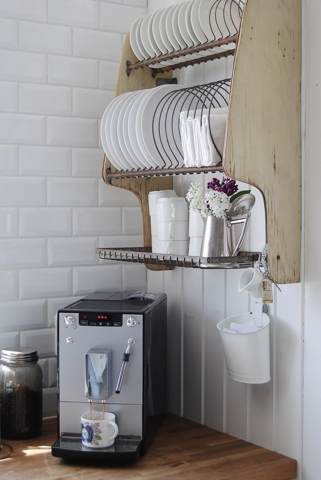 rak piring gantung desain simple di kitchen set kekinian