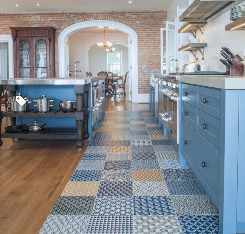 Motif Keramik Dapur Multicolour dominan warna biru