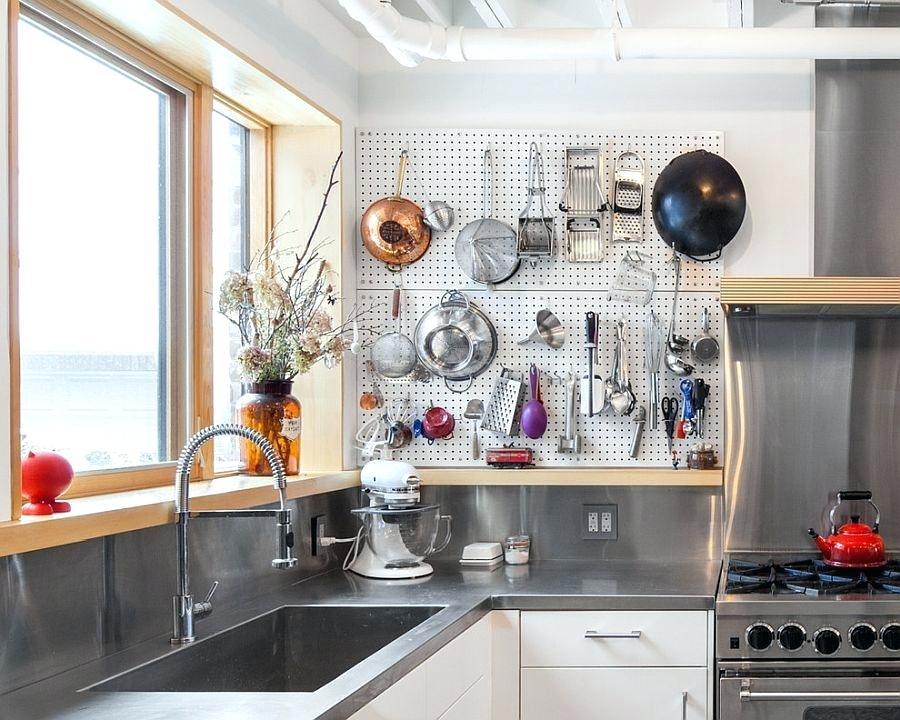 Pegboard Untuk Menggantungkan Pisau Di Sudut Ruangan dapur minimalis