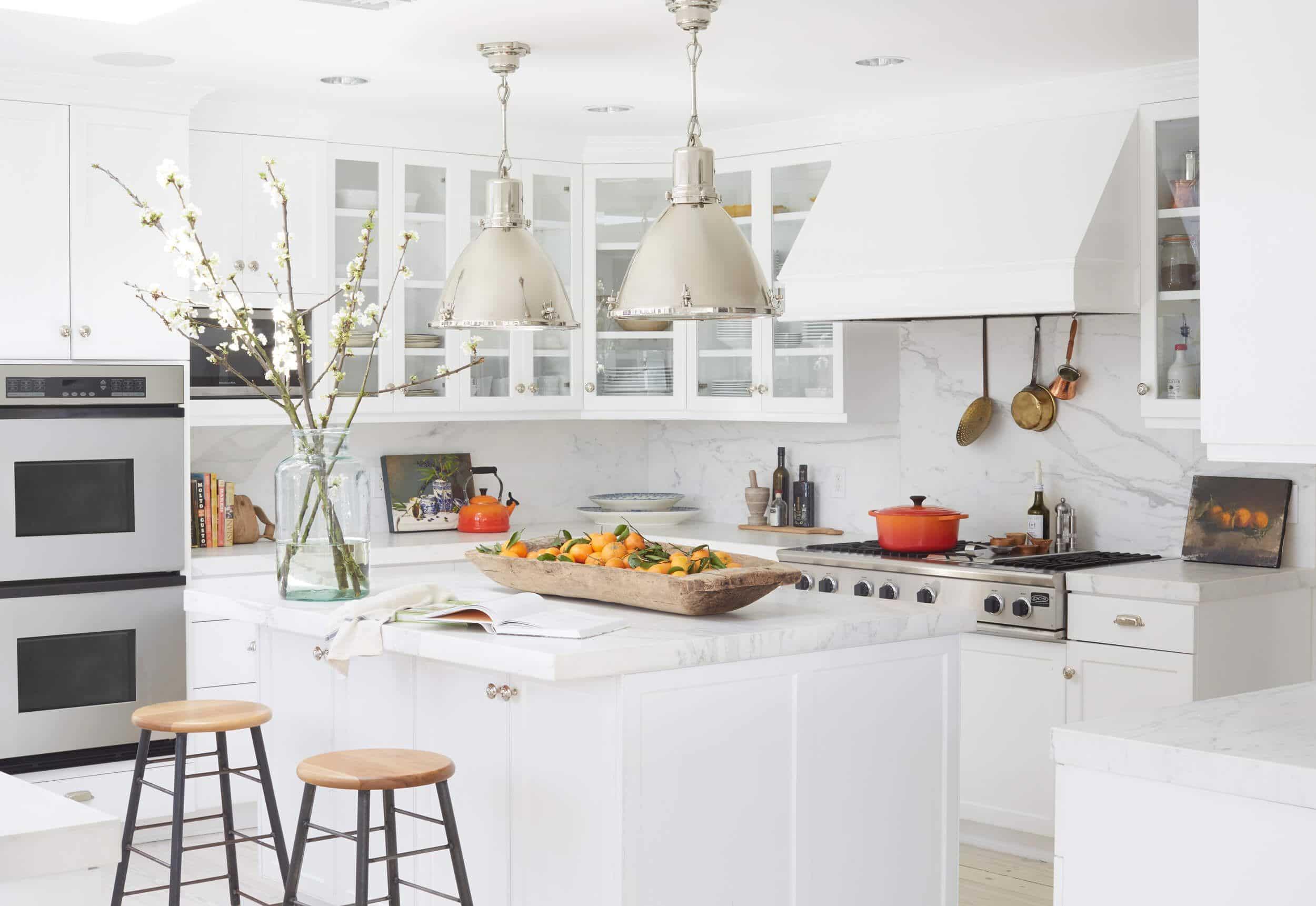 dapur modern dengan island warna putih bersih