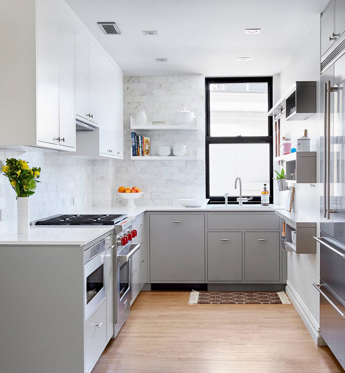 dekor dapur kreatif dengan kabinet berwarna putih abu-abu