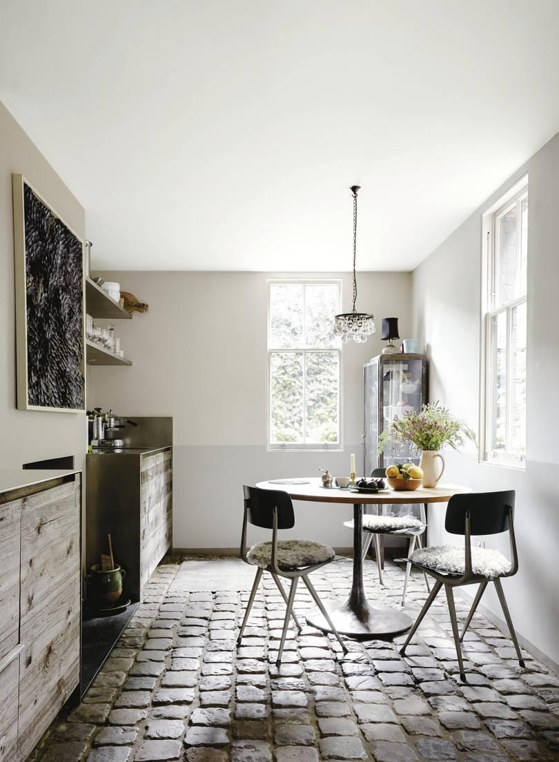 dekorasi dapur bergaya pedesaan dengan lantai ubin ditata