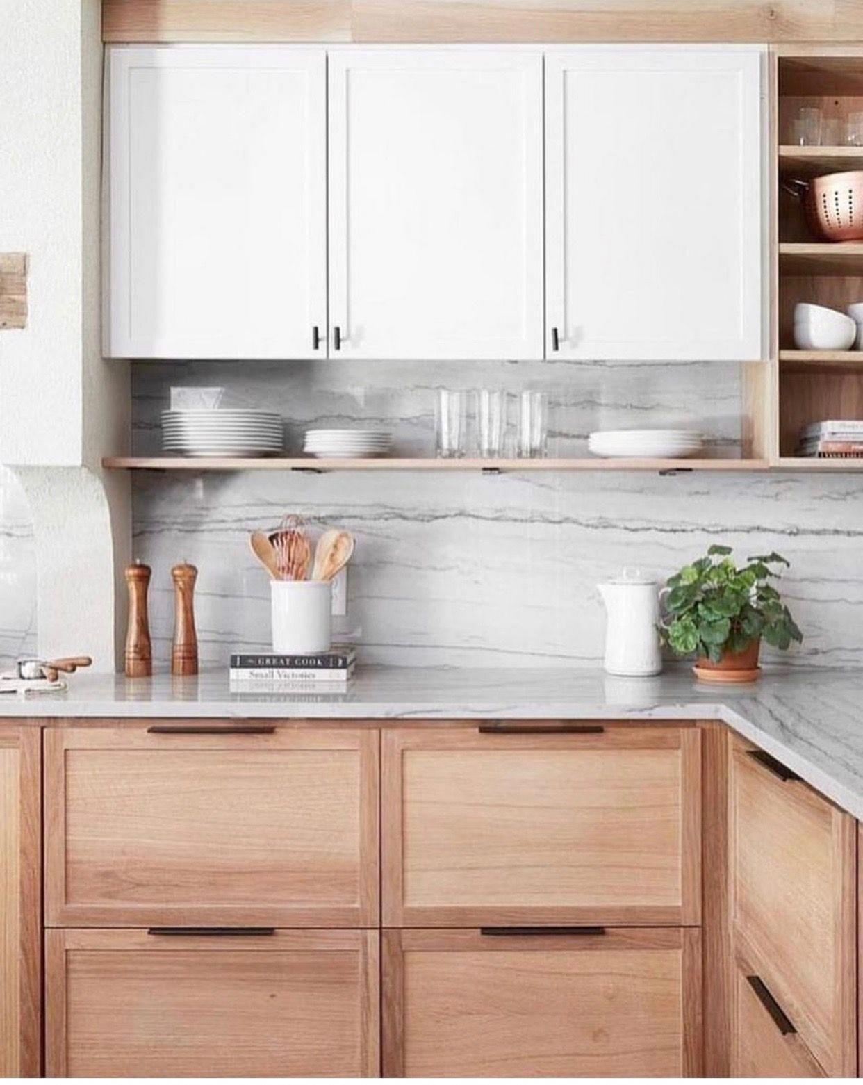 dekorasi dapur gaya modern dengan dominasi warna putih lemari dapur kayu