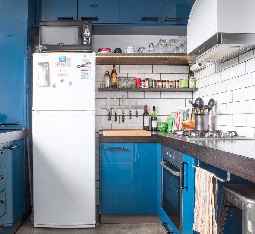 dekorasi dapur minimalis dengan penataan tempat pisau dapur kreatif