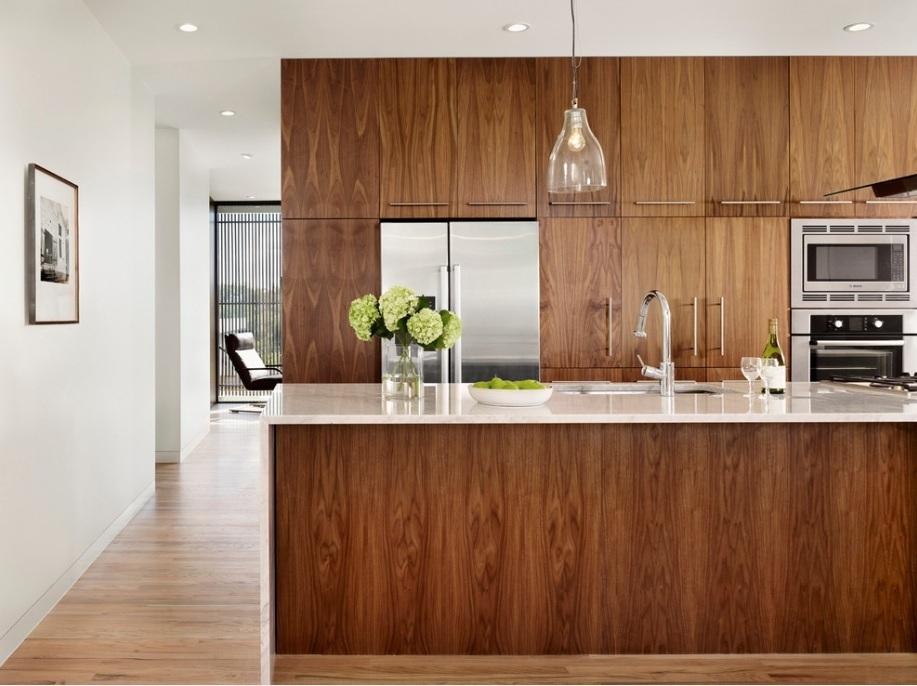dekorasi dapur minimalsi dengan lemari dapur kayu warna coklat gelap