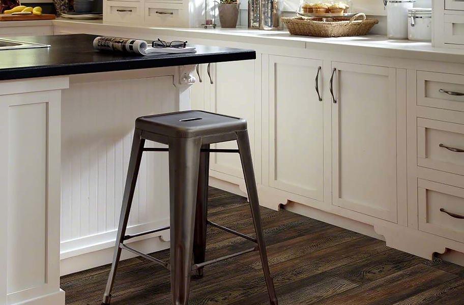 dekorasi dapur modern meja marmer dengan lantai kayu alami