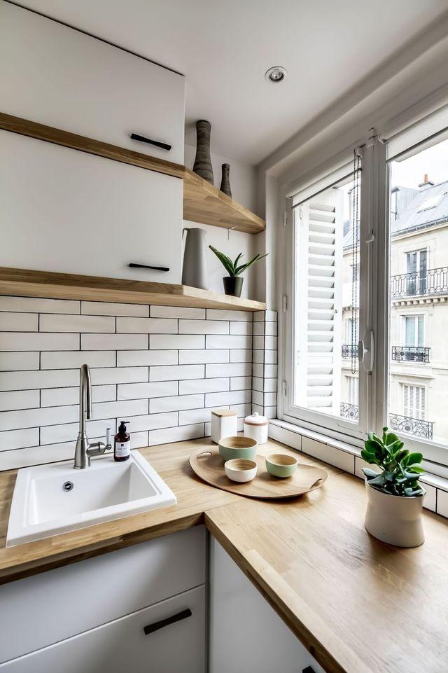 desain dapur apartment warna putih mengesankan