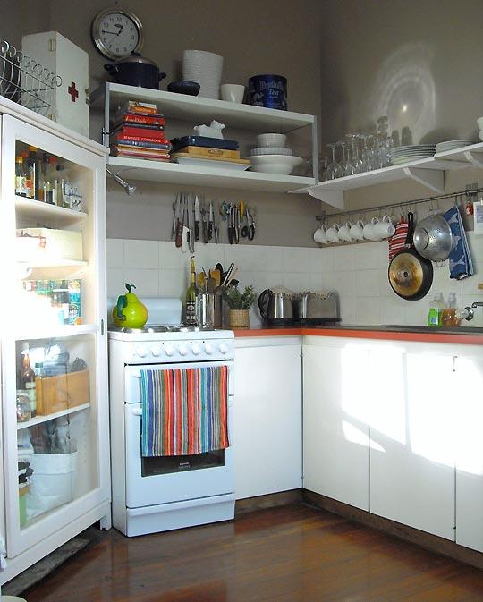desain dapur kecil dengan lemari putih