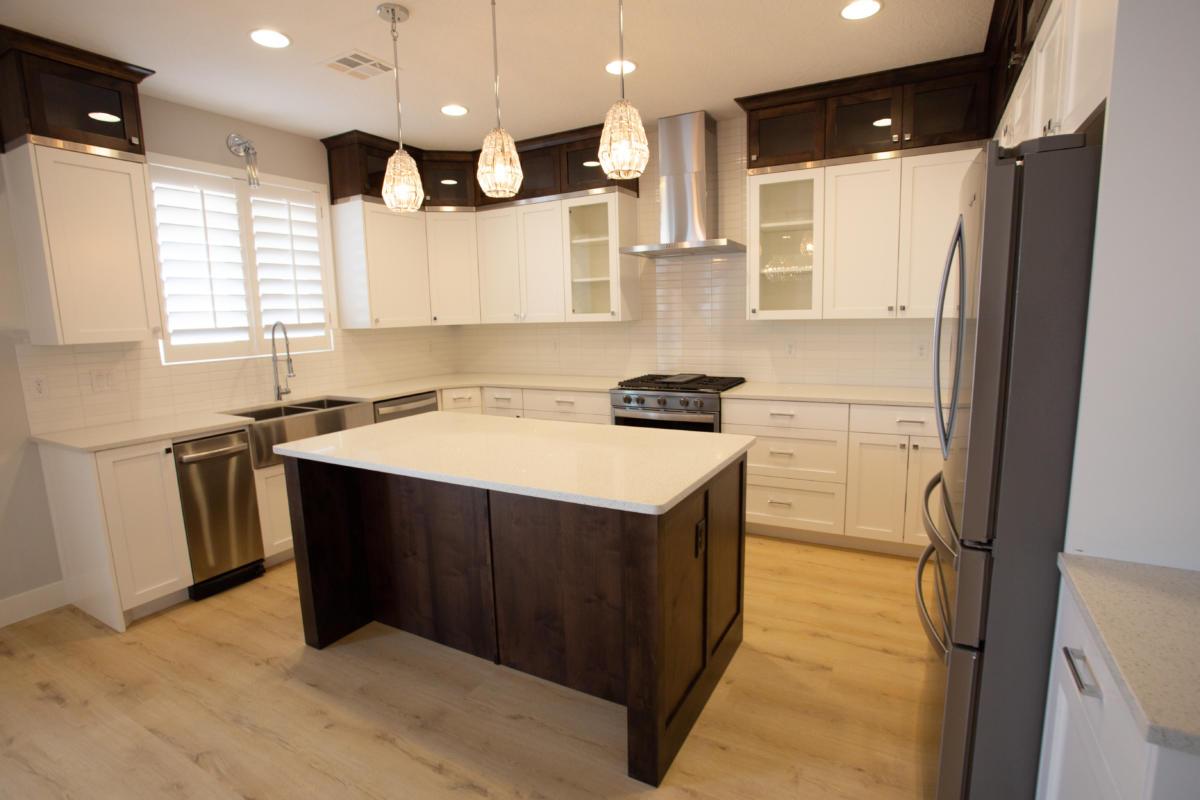 desain dapur luas dengan kabinet coklat dan putih