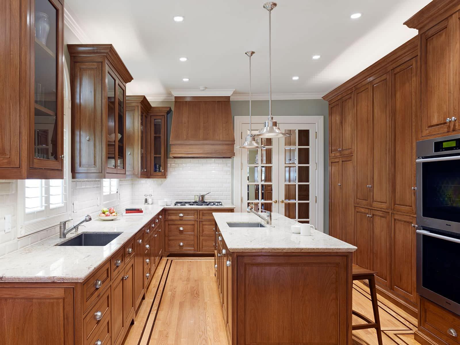 kabinet dapur marmer putih pada meja dapur kayu