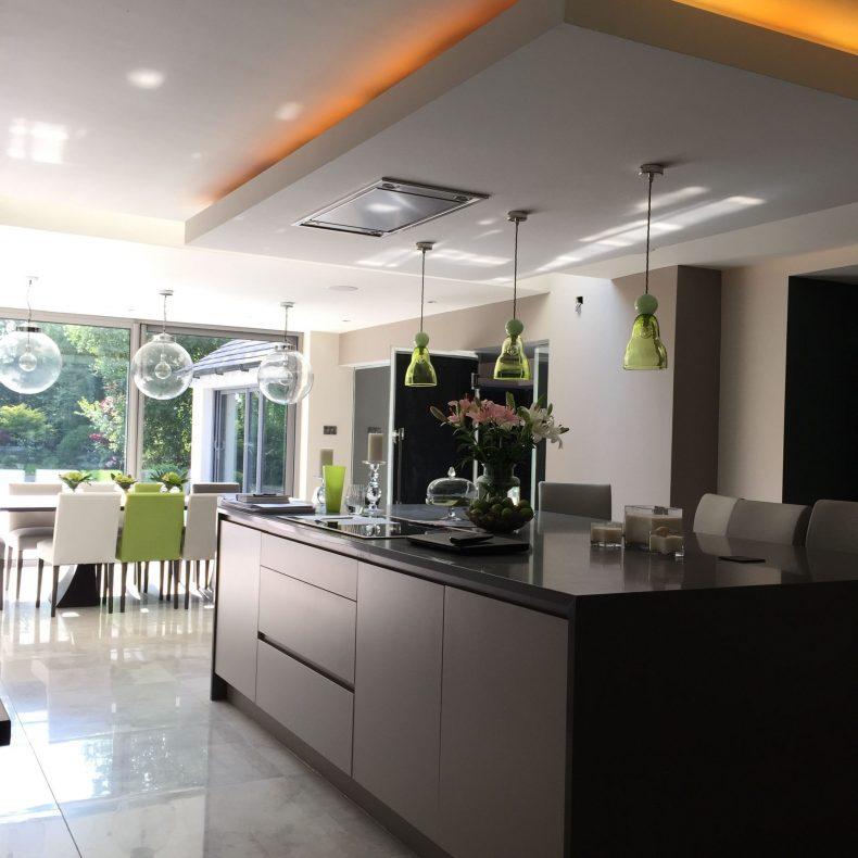 led lampu dapur modern warna orange ruangan terlihat luas