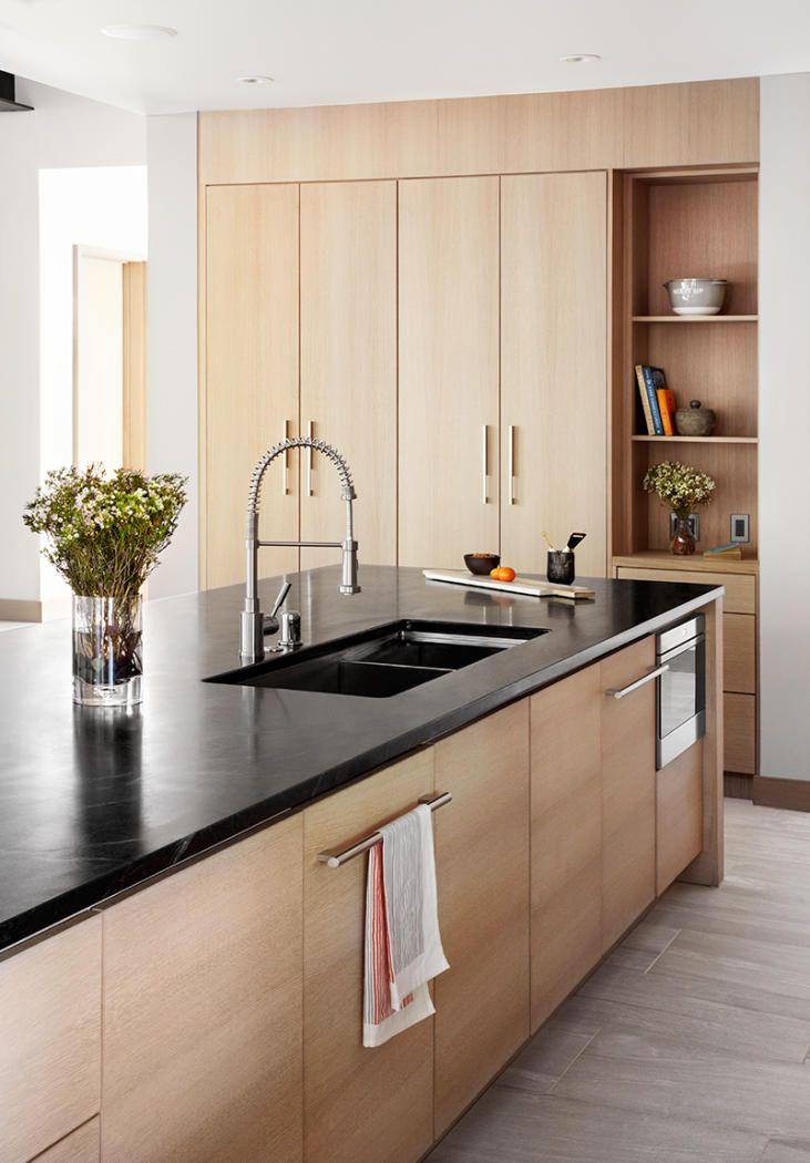 lemari dapur kayu dengan marmer hitam minimalis