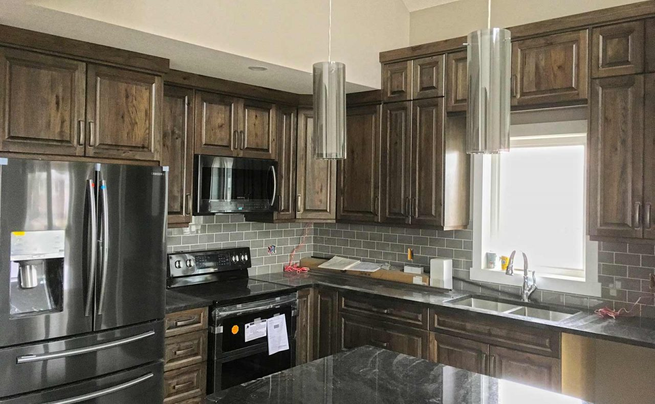 lemari dapur kayu gantung abu-abu dan coklat natural
