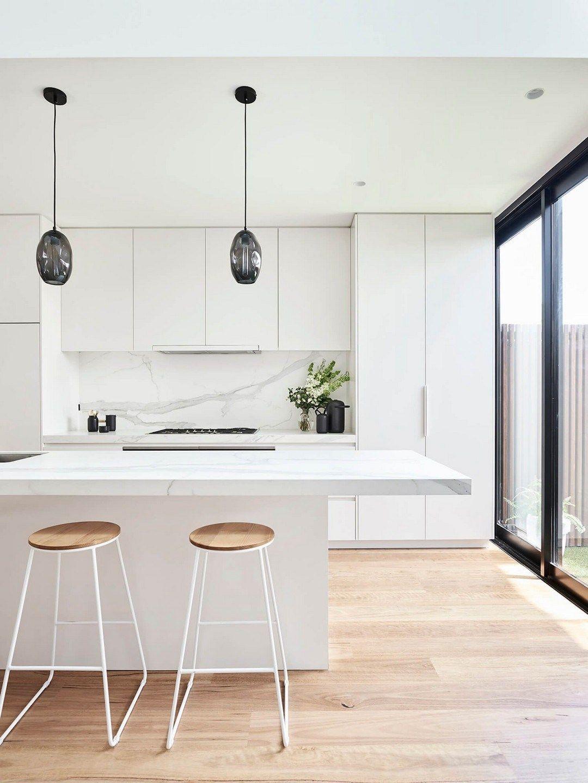 lemari dapur kayu minimalis elegan dengan warna putih