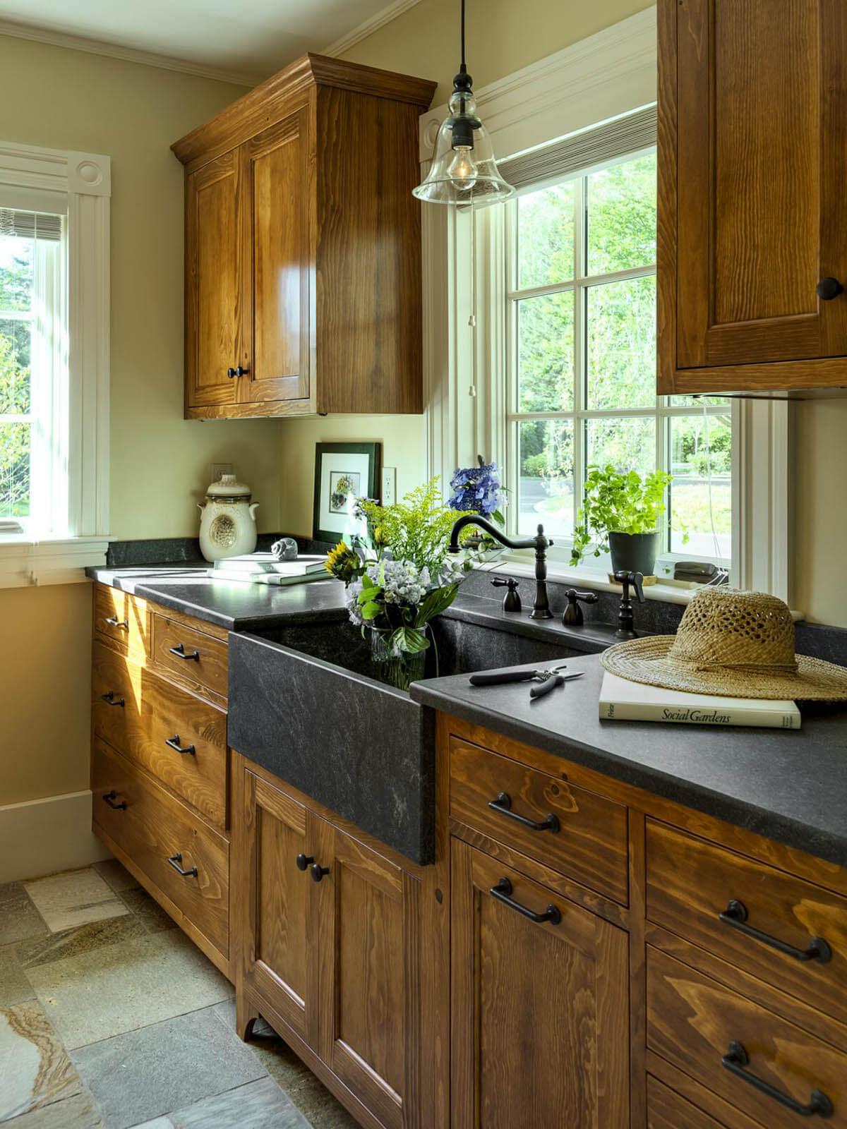 lemari dapur kayu model vintage dan elegan