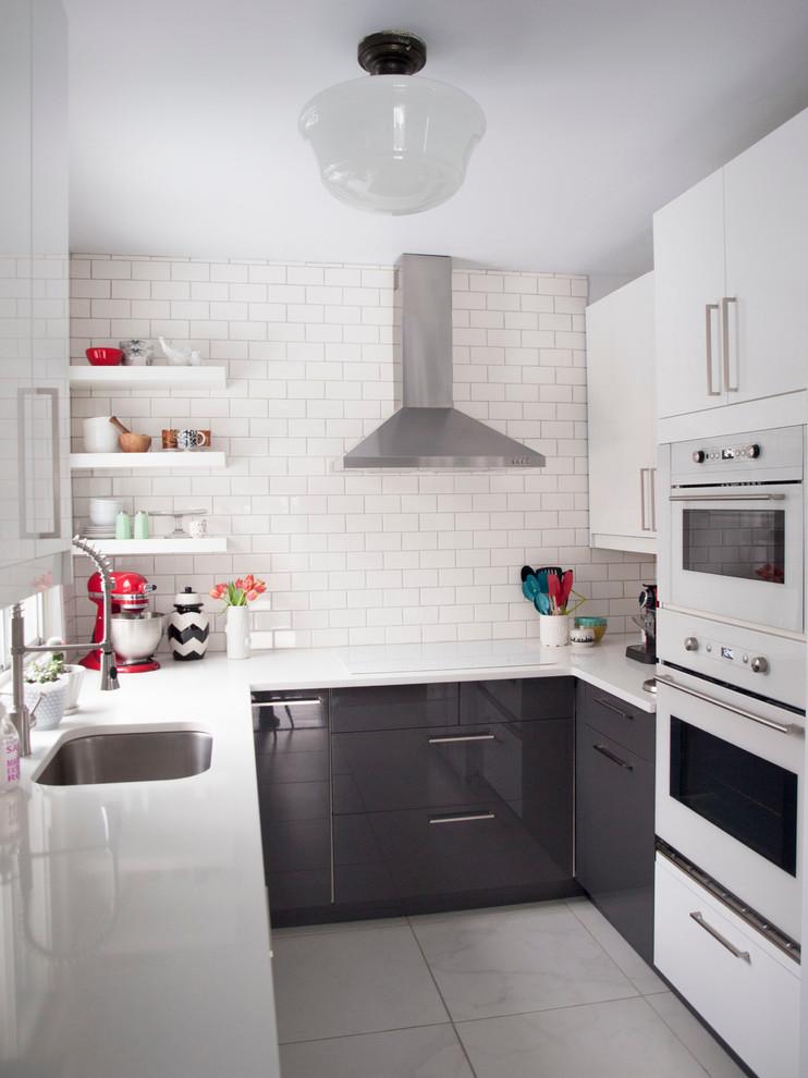 modern dapur warna hitam dan putih