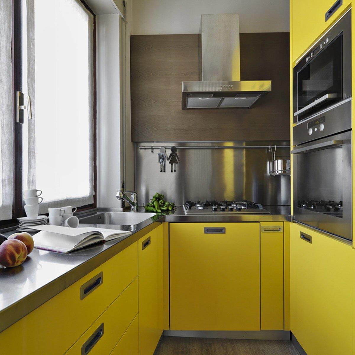 pintu kabinet dapur geser warna kuning manis dengan desain dapur minimalis