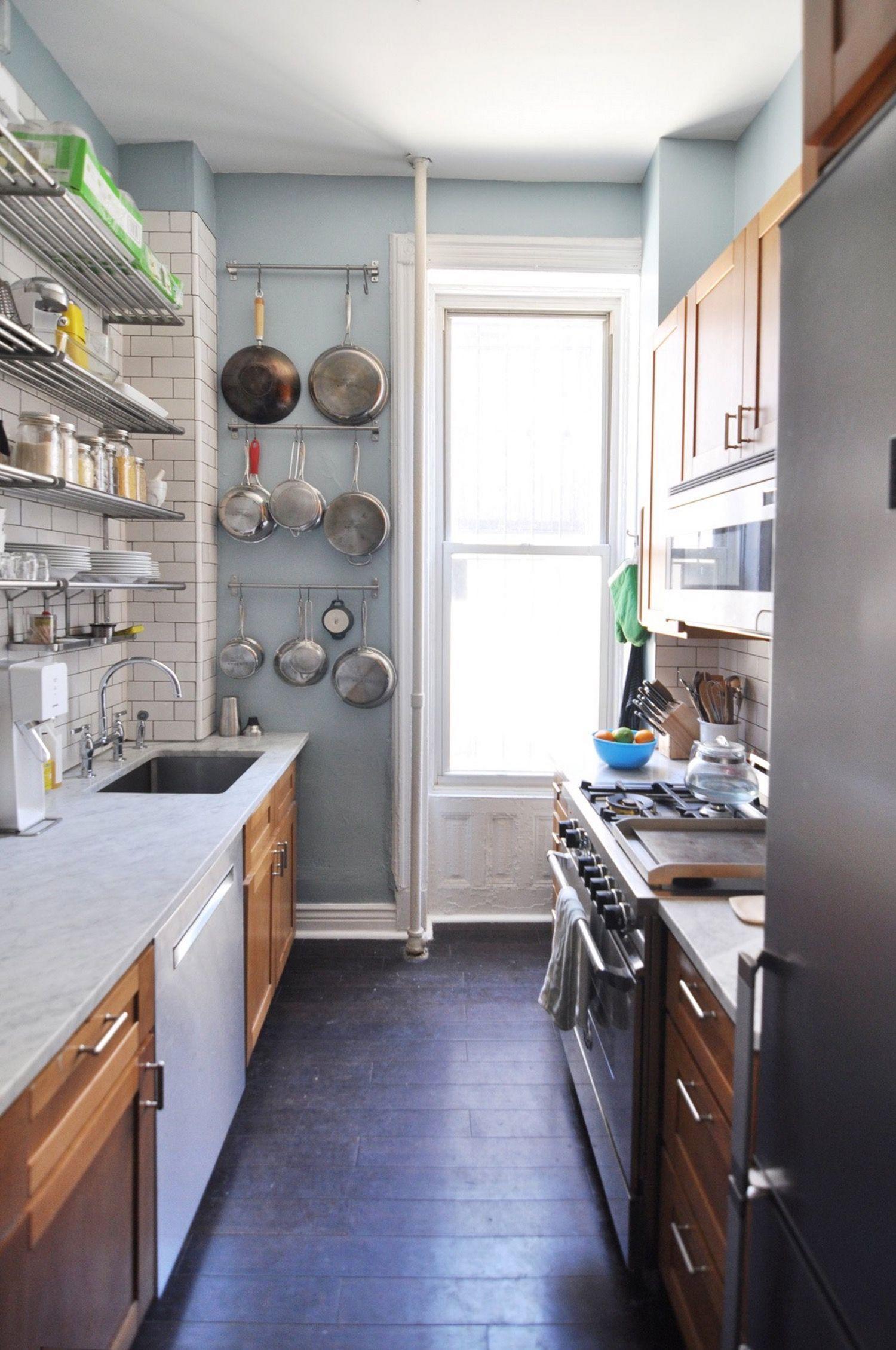 renovasi kabinet dapur dengan gantungan panci dan alat masak