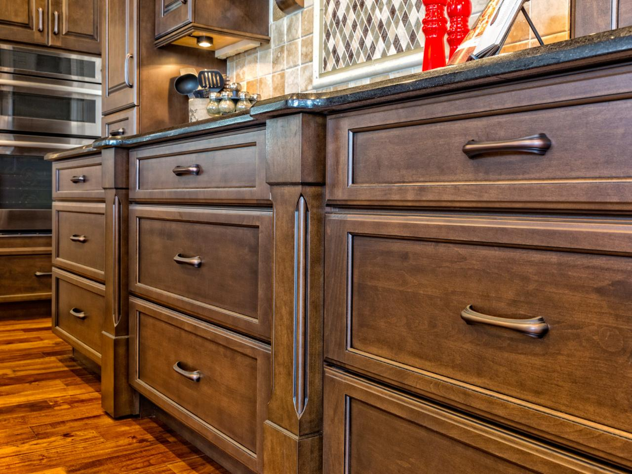 tambahan rak dapur kayu pada sisi bawah lemari elegan