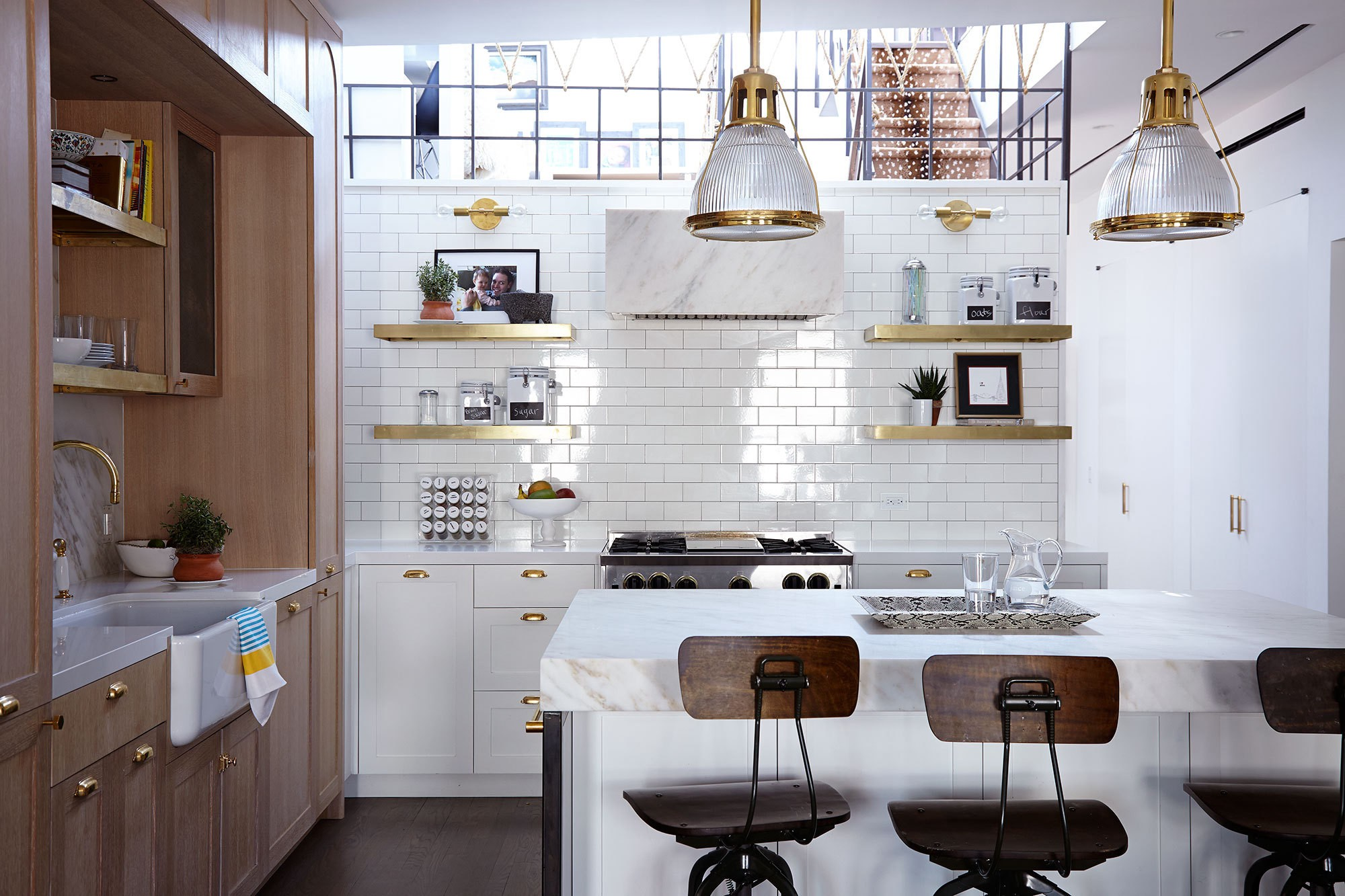dapur minimlis dengan dinding bata putih