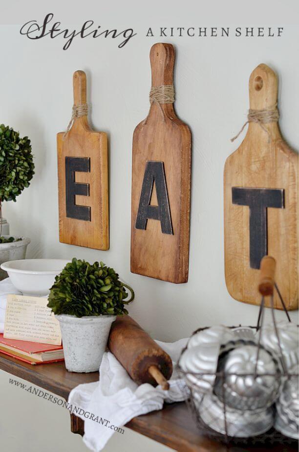 ide desain dinding dapur menarik dengan tulisan dari kayu