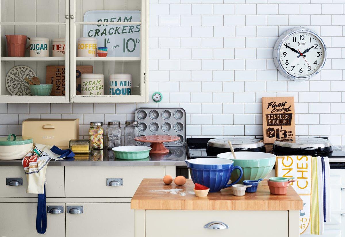 desain dapur rustic dengan peralatan dapur dan telenan